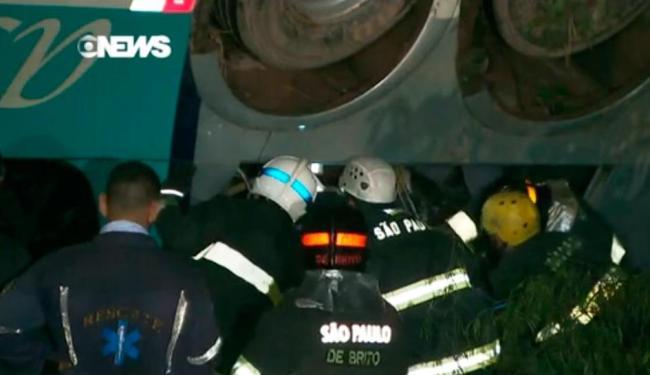 Acidente com ônibus aconteceu por volta das 2h deste domingo, 22 - Foto: Reprodução | Globo News