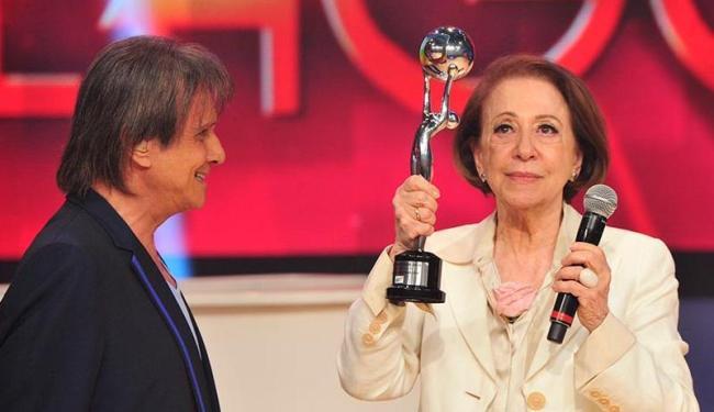 Roberto Carlos entrega o Troféu Mario Lago para a atriz Fernanda Montenegro - Foto: Alex Carvalho | TV Globo