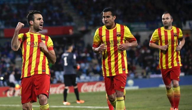 Pedro (no centro) e Fábregas (à esquerda) todos os gols da goleada do Barcelona - Foto: Andrea Comas | REUTERS