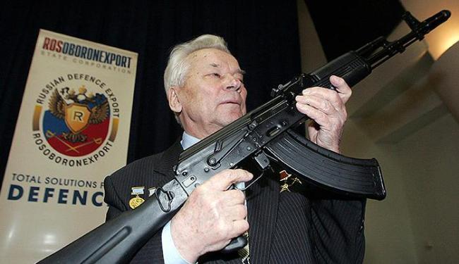 Kalashnikov segura o modelo mais popular da AK-47, inventada logo após a 2.ª Guerra - Foto: Sergei Karpukhin l Reuters