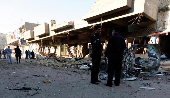 Policiais iraquianos inspecionam local de ataques a bomba em Bagdá - Foto: Agência Reuters