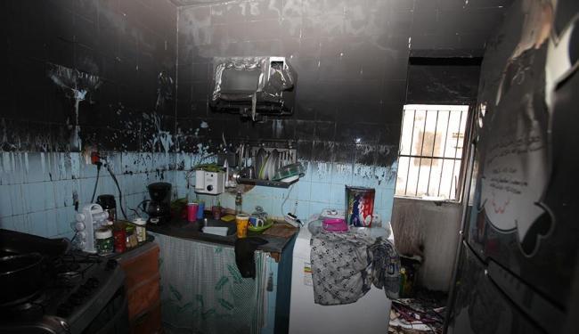 Fogo destrói cozinha e parte da sala de apartamento no Imbuí - Foto: Edilson Lima | Ag. A TARDE