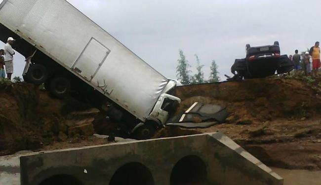 Duas pessoas morreram após veículos caírem em uma cratera provocada pela chuva, próximo a Uauá - Foto: Jorge Trindade | Site Na Tela Eventos