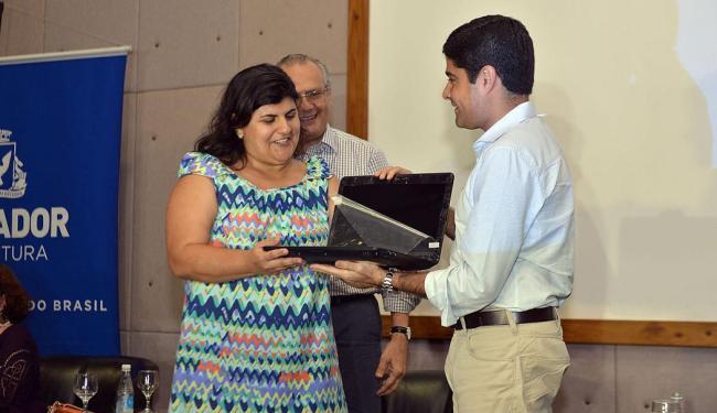 ACM Neto também entregou tablets a professores - Foto: Divulgação | Agecom Salvador