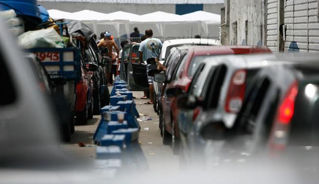 Motoristas enfrentam longas filas durante todo o dia - Foto: Raul Spinassé | Ag. A TARDE