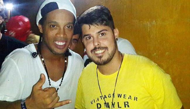 Ronaldinho posa pra foto ao lado de Lucas Kart, vocalista da Kart Love - Foto: Divulgação