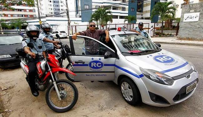 Proprietário da RC Segurança, Roberval (C) realiza reciclagem com os funcionários a cada ocorrência - Foto: Eduardo Martins | Ag. A TARDE