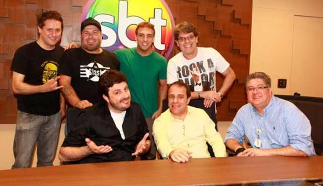 Gentili, Léo Lins e Ultraje posam junto com diretores Fernando Pelegio e Leon Abravanel - Foto: SBT | Divulgação