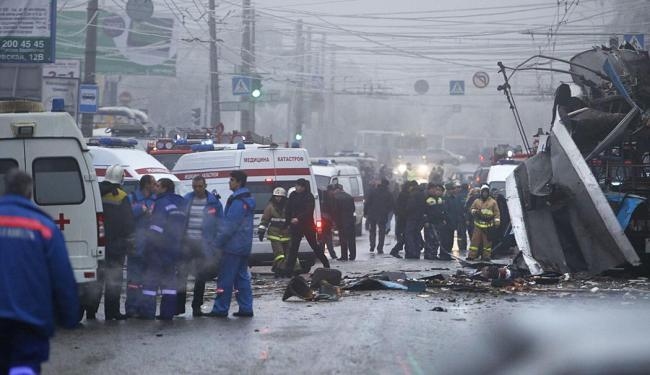 Peritos examinam local da explosão em Volgogrado - Foto: AP Photo
