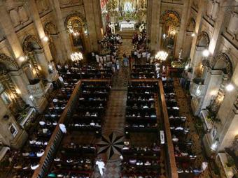 Fiéis lotaram a igreja e alguns tiveram que assistir a missa fora da igreja - Foto: Raul Spinassé | Ag. A TARDE