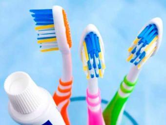 Cerdas das escovas de dentes devem ficar em locais secos e longe do vaso sanitário - Foto: Divulgação