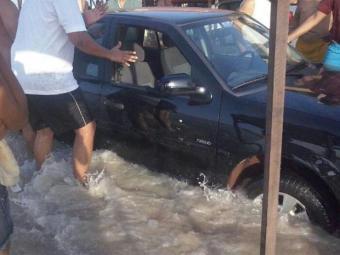 Algumas pessoas tentaram tirar o carro atolado com ajuda de outros banhistas - Foto: Divulgação   Nayara Oliveira