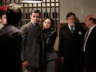 Franz vai prestar queixa contra Manfred e encontra o irmão na delegacia - Foto: TV Globo   Divulgação