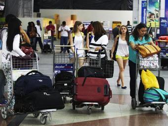 Embarque das bagagens foi feito de forma manual por funcionários das companhias aéreas - Foto: Lúcio Távora/ Ag. A Tarde