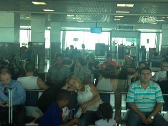 Passageiros tiveram que aguardar voo após confusão no avião - Foto: Marcelo Bones | Foto do Leitor | Ag. A TARDE