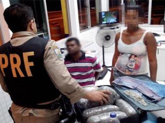 Casal foi preso com 10kg de maconha prensada - Foto: Divulgação   PRF