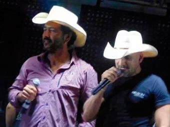 Ao lado do amigo Netinho do Forró, Marcos Palmeira cantou a música Chalana - Foto: Fabrício Gusmão   Point da Mídia