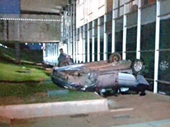 Jovem perdeu o controle do veículo, que caiu na lateral do prédio - Foto: Reprodução | TV Globo
