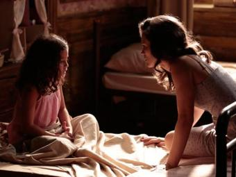 Pérola conta a mãe que sabe onde Sílvia está - Foto: Reprodução   TV Globo