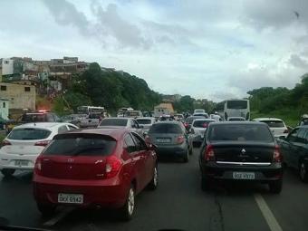 O trânsito flui com lentidão no trecho onde ocorreu o acidente - Foto: Carlos Magno   Reprodução Facebook