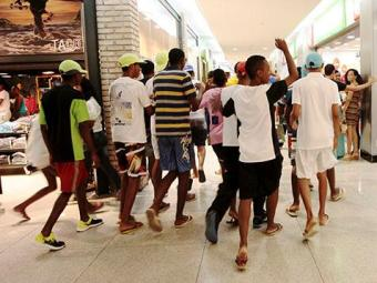 Um grupo do Bairro de Cajazeiras e outro da Liberdade também deram rolézinho no Shopping Iguatemi - Foto: Ag. A TARDE | Mila Cordeiro