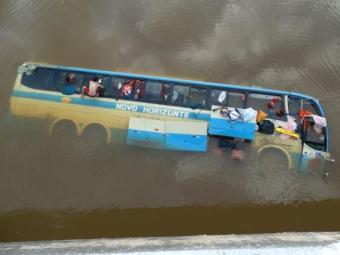 Ônibus caiu no Rio Glória, na BR-116, em Minas Gerais - Foto: Reprodução   Silvan Alves   silvanalves.com.br