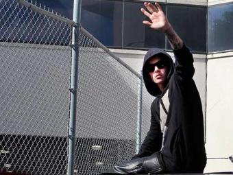 Bieber acenou para os repórteres ao deixar a prisão nos Estados Unidos - Foto: Agência Reuters