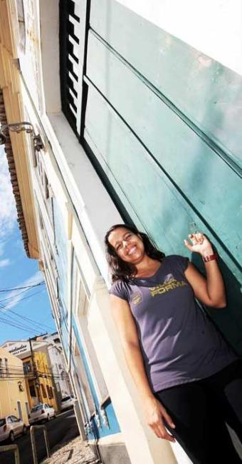 Juliana planeja juntar dinheiro para comprar um imóvel perto do trabalho - Foto: Mila Cordeiro   Ag. A TARDE