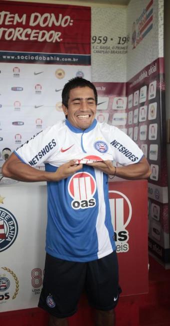 O volante paraguaio Wilson Pittoni vesta a camisa do Bahia em sua apresentação oficial - Foto: Edilson Lima | Ag. A TARDE
