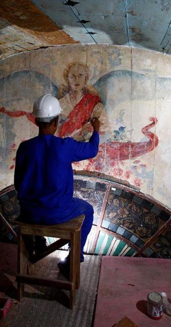 Operário diante de uma das pinturas descobertas durante obra na Igreja da Vitória - Foto: Fernando Vivas | Ag. A TARDE