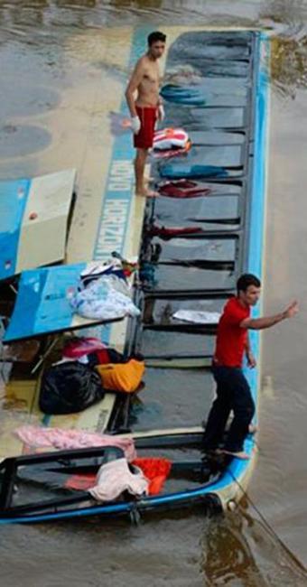 O ônibus caiu da ponte do km 683 no rio Glória - Foto: Reprodução | Silvan Alves | silvanalves.com.br