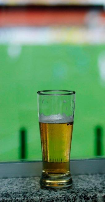 Venda de cerveja nos estádios é proibida pela CBF e maioria das federações - Foto: Rogério Cassimiro   Folhapress