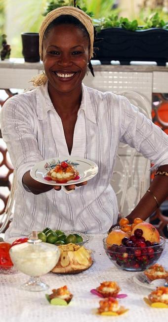 Lilian sorri entre tortinhas que concorrem no concurso - Foto: Lúcio Távora   Ag. A TARDE