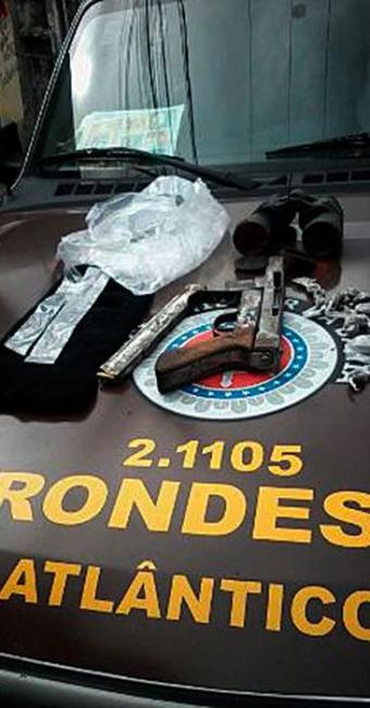 Um adolescente de 17 anos também foi apreendido com drogas e uma metralhadora com carregador expandi - Foto: Divulgação   Polícia Militar