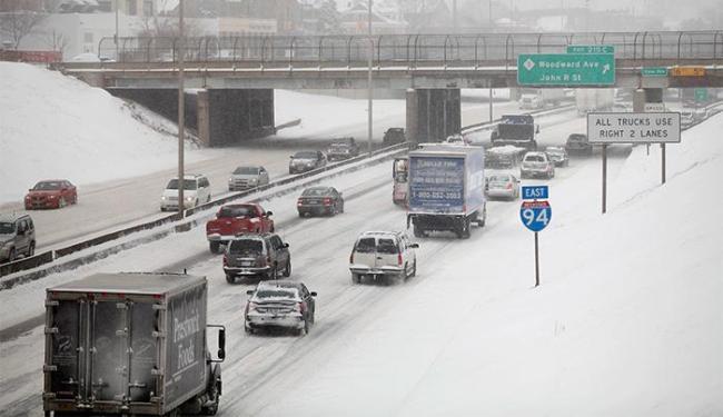 Motoristas foram advertidos sobre as perigosas condições das estradas - Foto: Joshua Lott l Reuters