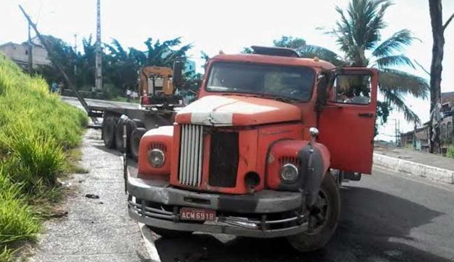 Carreta bloqueia a descida do Cabula VI após bater em poste - Foto: Edilson Lima   Ag. A TARDE