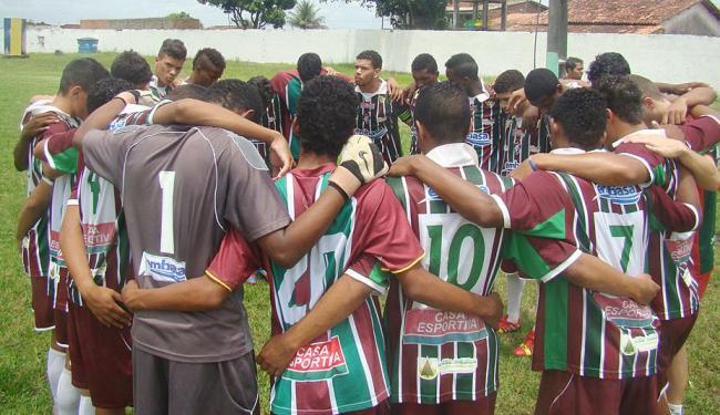 Jogadores do Flu de Feira fazem corrente antes da viagem para SP. Estreia é neste sábado, contra o P - Foto: Sidnei Campos | Divulgação