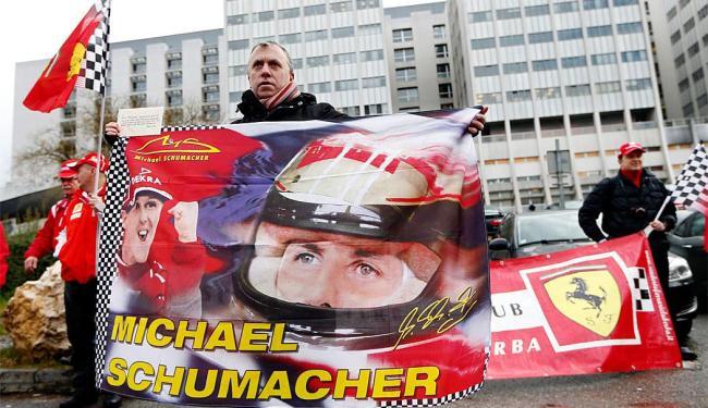 Fãs vão ao hospital prestar homenagem ao piloto - Foto: Agência Reuters