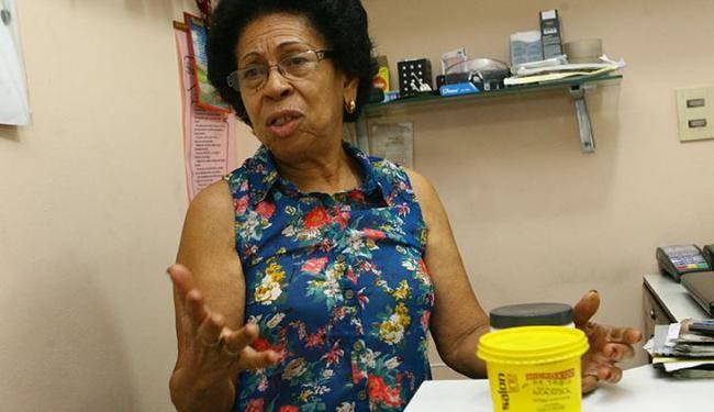 A cabeleireira Vanda Oliveira diz que o produto causa, no máximo, pequenas queimaduras - Foto: Margarida Neide / Ag. A TARDE