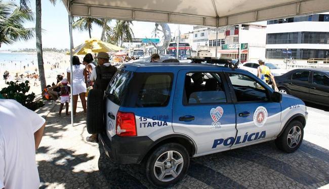 Viatura da 15ª CIPM estava na calçada da orla do bairro de Itapuã, próxima a Sereia - Foto: Fernando Vivas | Ag. A TARDE