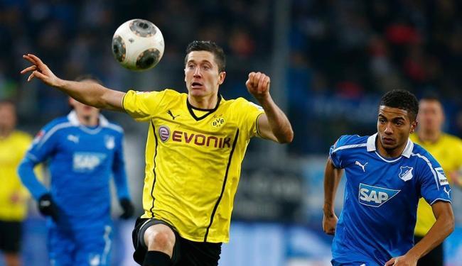 Lewandowski (à esquerda) com a camisa do Borussia Dortmund em jogo pelo Campeonato Alemão - Foto: Ralph Orlowski | Reuters