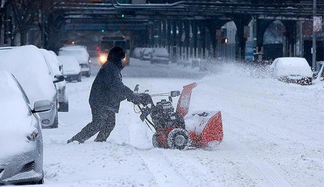 Morador do Bronx, bairro de Nova Yorque, limpa a neve sobre a calçada - Foto: Mike Segar l Reuters