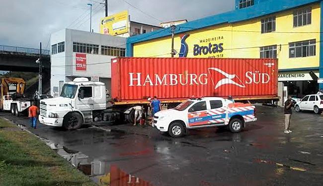 Carreta quebrou em frente à Madeireira Brotas, próximo ao viaduto Nelson Dahia - Foto: Edilson Lima   Ag. A TARDE