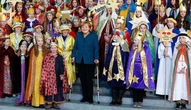 Usando muletas, chanceler alemã reaparece em recepção infantil - Foto: Tobias Schwarz l Reuters