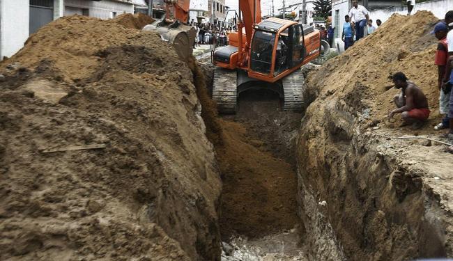 Deslizamento de terra aconteceu por volta das 6h30 da manhã em um obra de saneamento básico em Feira - Foto: Luiz Tito | Ag. A TARDE