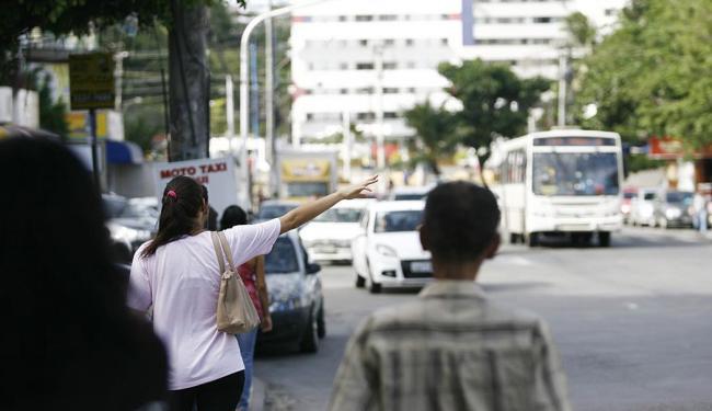 Moradores do Imbuí reclamam do desaparecimento de veículos que faziam a conexão com o Costa Azul - Foto: Raul Spinassé | Ag. A TARDE