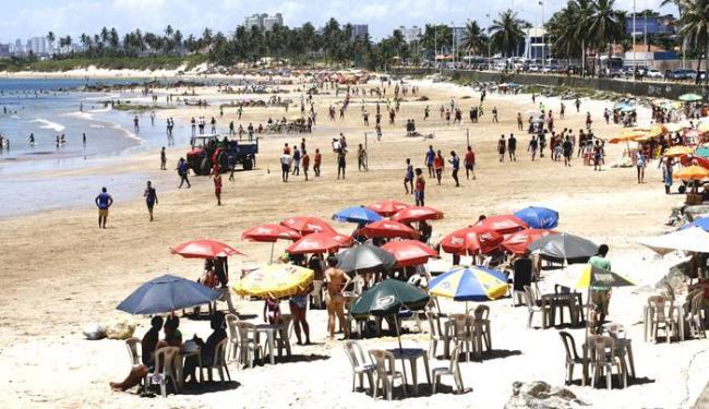 Fiscais também constataram cobrança indevida por uso de mesas e cadeiras na areia - Foto: Fernando Amorim/ AG. A TARDE