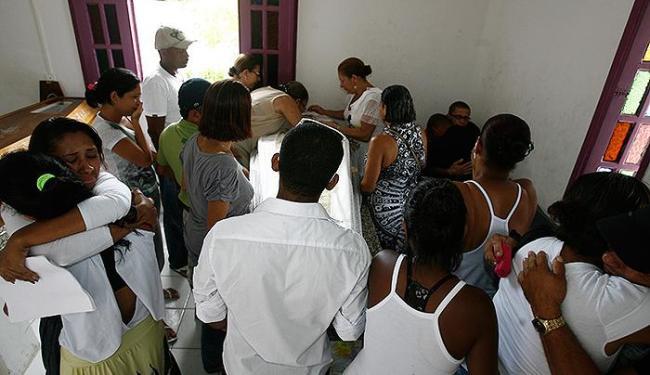 Familiares e amigos acompanharam o sepultamento em Portão - Foto: Luciano da Matta | Ag. A TARDE