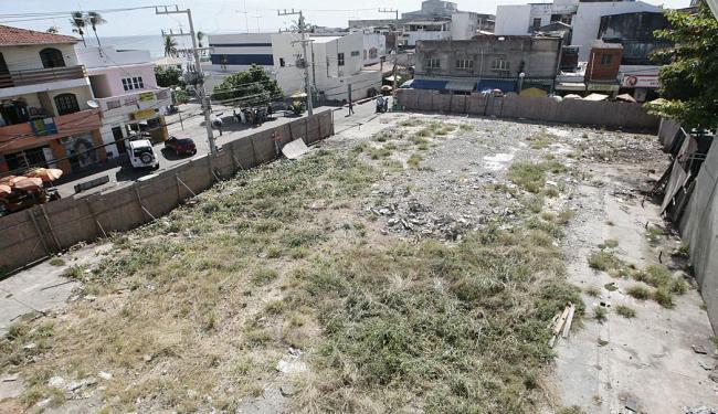 Oito meses após demolição, terreno segue baldio e com alguns tapumes quebrados - Foto: Mila Cordeiro | Ag. A TARDE