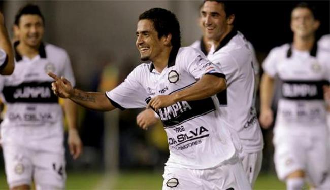 O jogador disputou em 2013 a Libertadores pelo Olimpia do Paraguai - Foto: Reprodução l Facebook l Club Olimpia Oficial